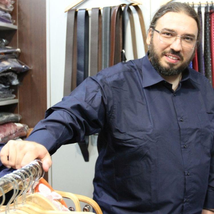 Ce tinute poarta tenorul Razvan Sararu de la Goliat Fashion